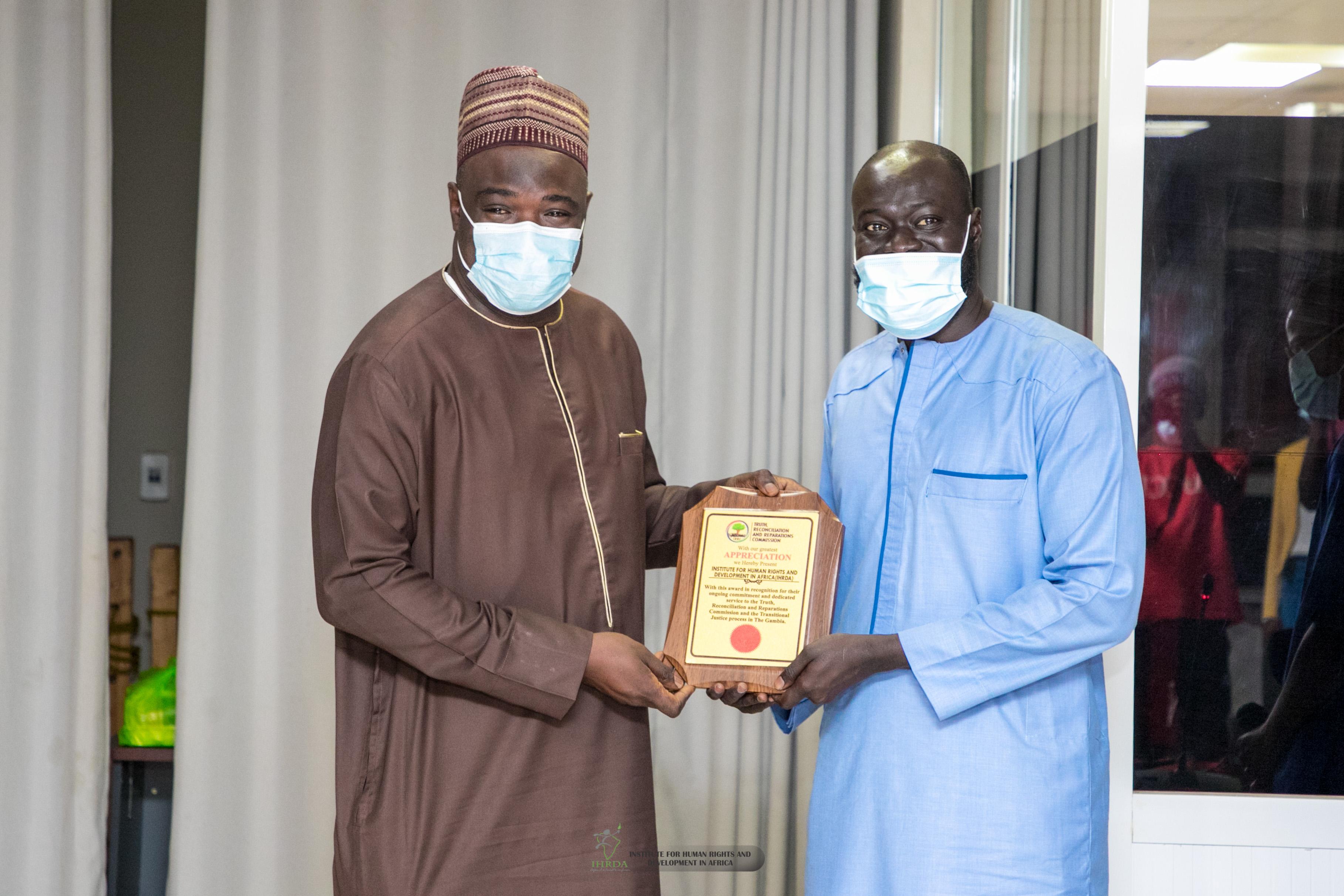 La Commission Vérité de la Gambie récompense IHRDA pour son soutien à sa mission